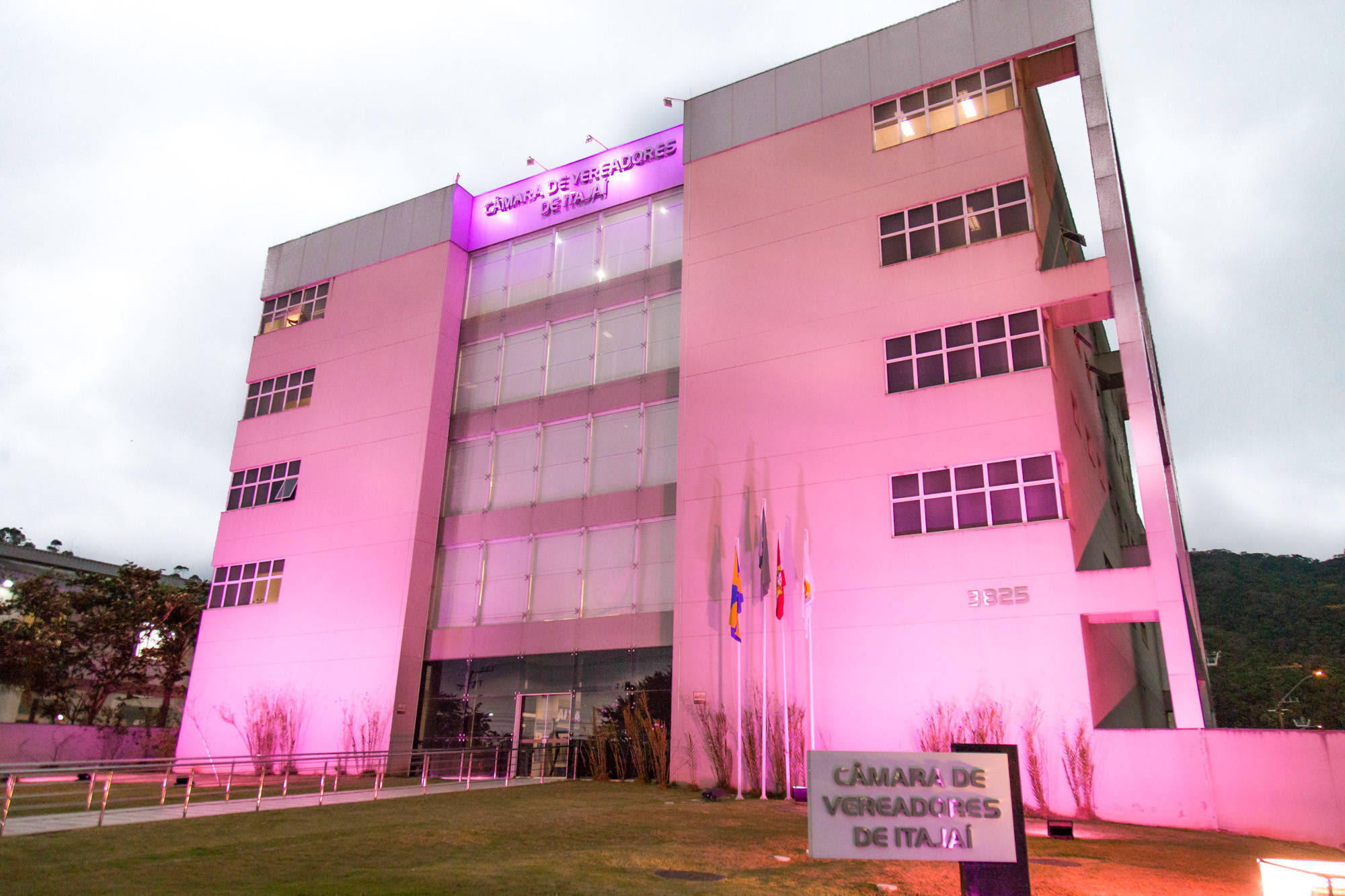 Câmara ilumina fachada em alusão ao Outubro Rosa