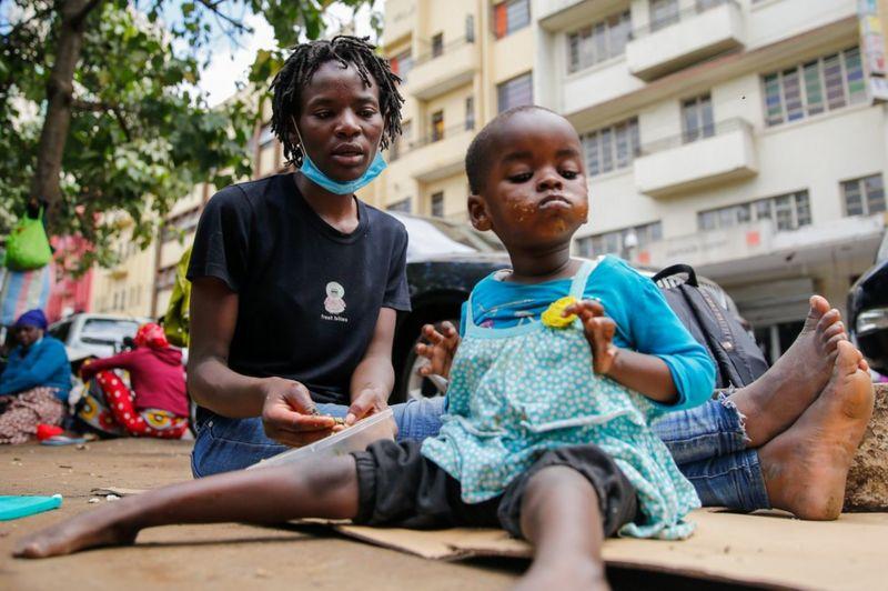 Os bebês vendidos por R$ 3,8 mil em mercado clandestino no Quênia