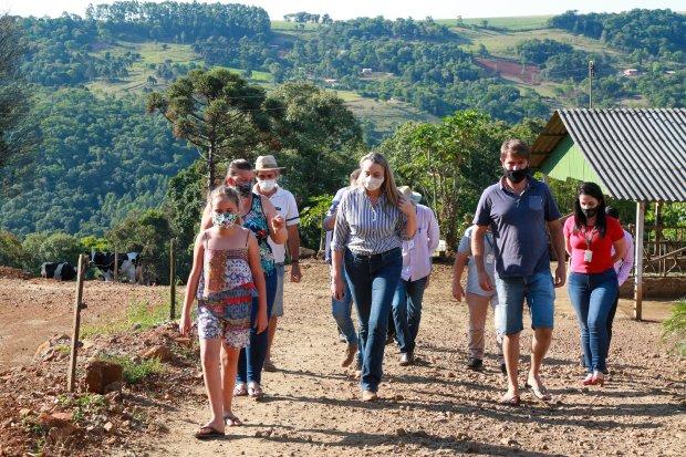 Em Chapecó, governadora Daniela Reinehr visita produtores rurais que sofrem com a estiagem
