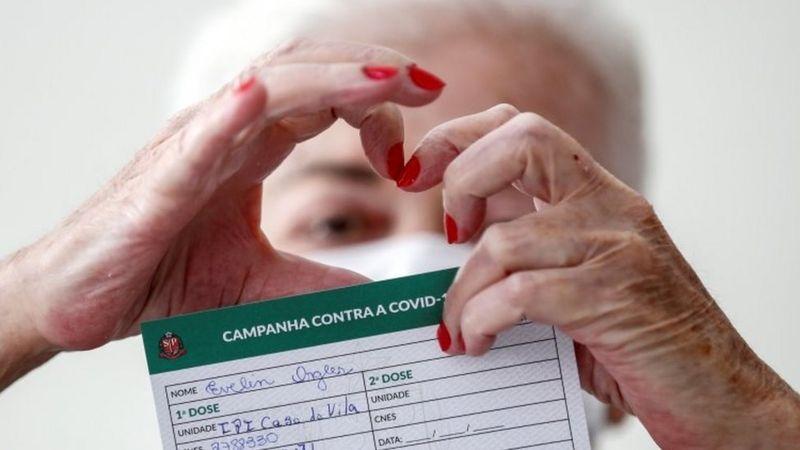 Mesmo com lote vindo da Índia e CoronaVac a mais, Brasil tem doses para vacinar só 40% de prioritários