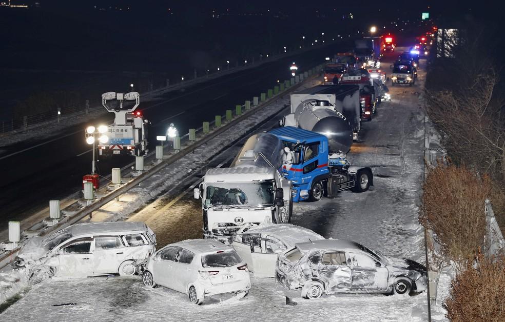 Engavetamento de veículos e morte no Japão devido à neve