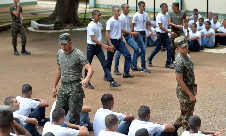 Jovens que completam 18 anos em 2021 devem fazer o alistamento militar