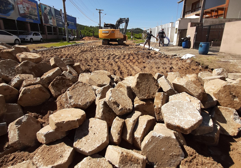Praia Brava ganha melhorias  na rede de drenagem e pavimentação