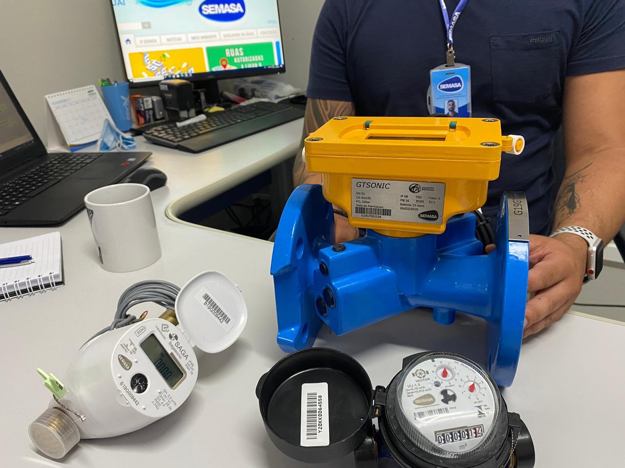 Semasa renova equipamentos de medição de água com blindagem contra fraude