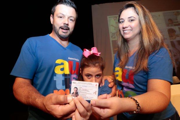Fundação de Educação Especial emite quase mil carteiras de identificação do autista em um ano em SC