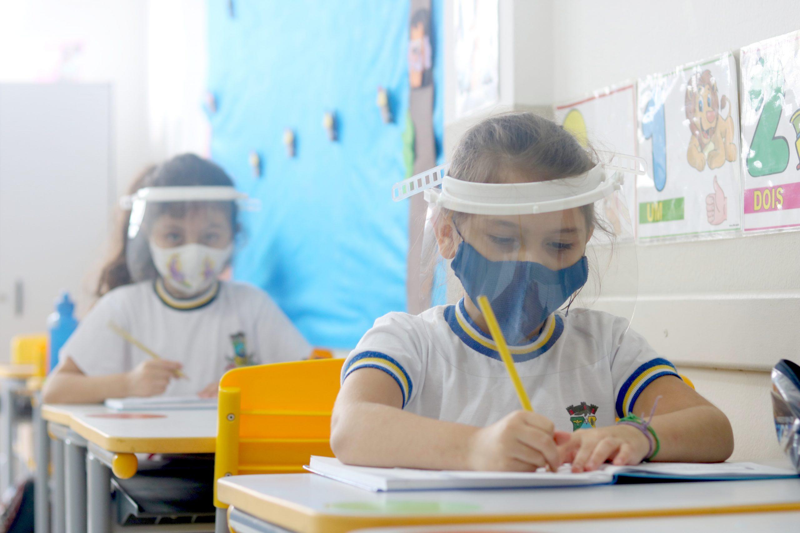 Estudantes e professores da Rede Municipal de Ensino ganham protetor facial