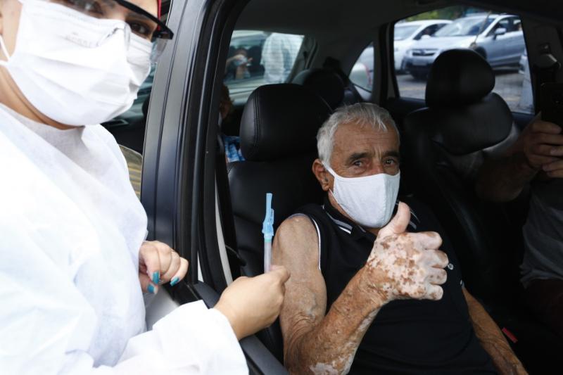 Idosos de 78 e 79 anos serão vacinados no final de semana por drive-thru
