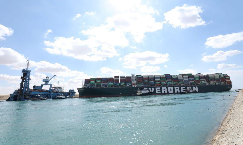 Canal de Suez: remoção de porta-contêineres da margem, libera navegação
