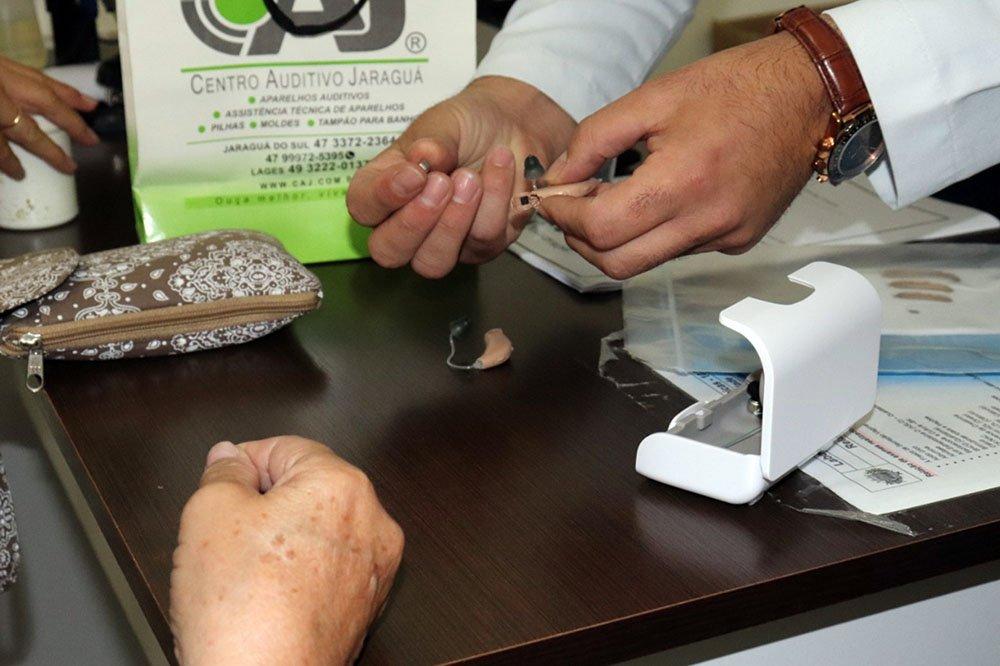 Balneário Piçarras zera fila de espera por aparelhos auditivos