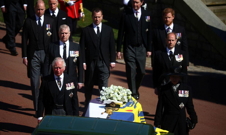 Duque de Edimburgo é sepultado: Príncipe Harry voou dos EUA para comparecer ao funeral