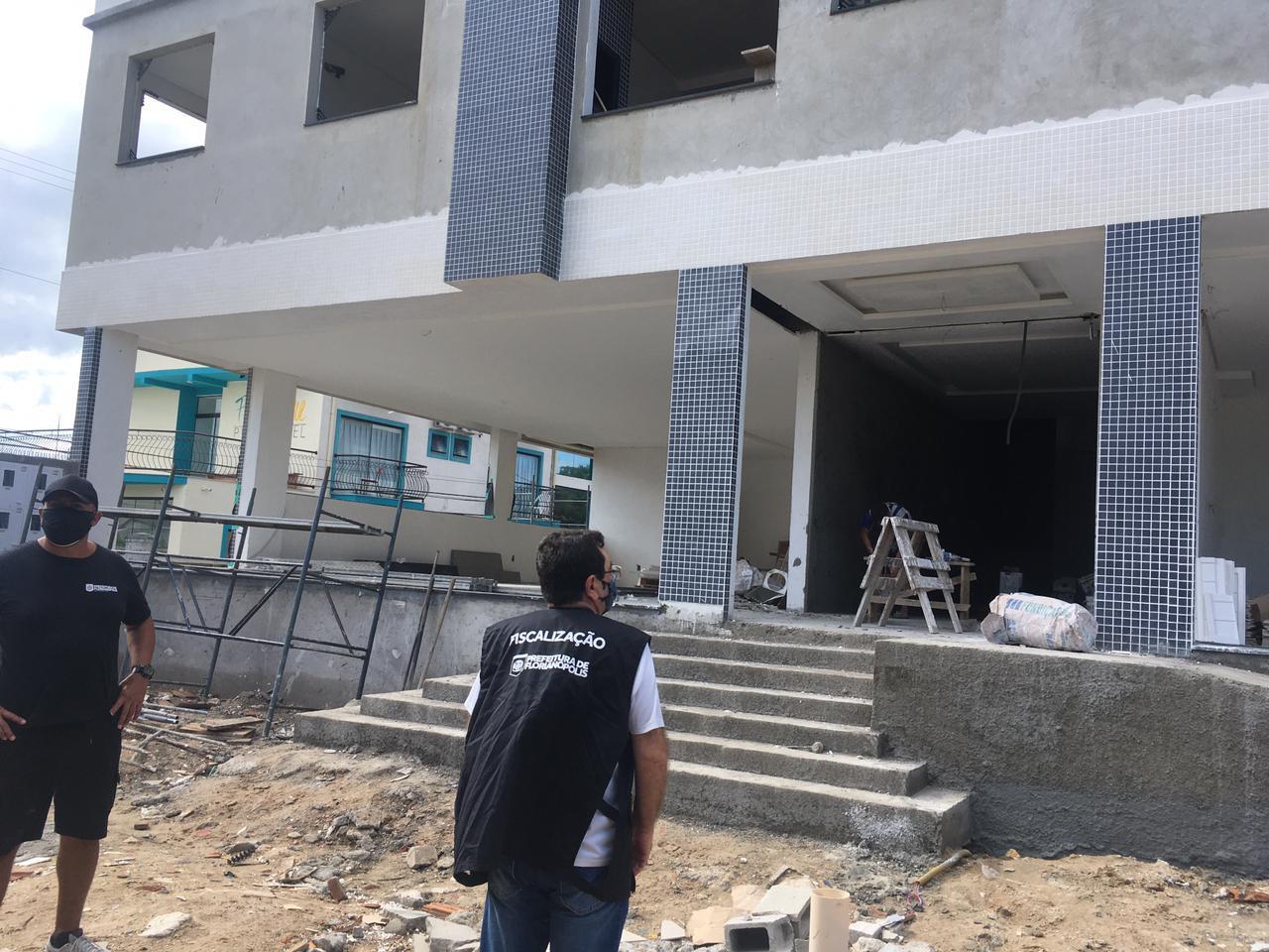Prefeitura de Florianópolis fiscaliza e multa obras irregulares embargadas no Norte e Sul da Ilha