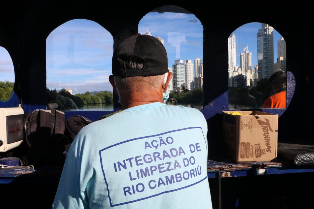 """Balneário Camboriú em """"Ação Limpeza"""": mutirão retira excesso de lixo do Rio Camboriú"""