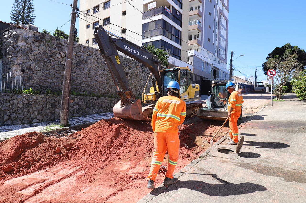 Começa o Asfaltaço da Alameda Heriberto Hülse: ao todo são quatro ruas contíguas do Centro de Florianópolis próximas a escolas e clínicas médicas em obras