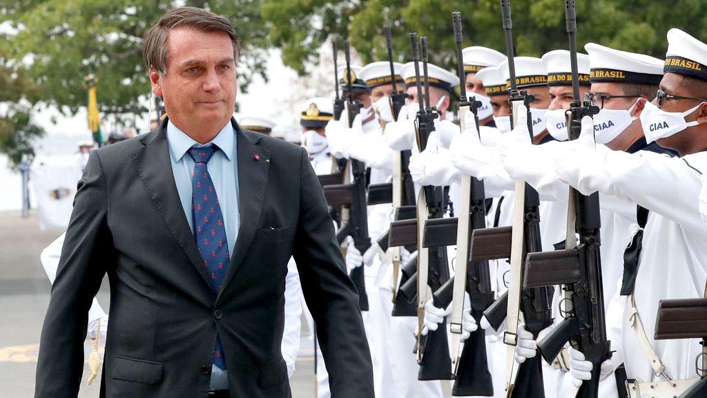 Forças Armadas devem começar a vacinar população, diz Bolsonaro: segundo presidente, os quartéis têm condições de ajudar na vacinação