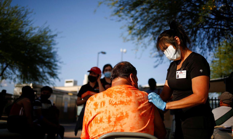 Latinos viajam aos Estados Unidos em busca de imunização: Agência de viagens no México oferece promoção