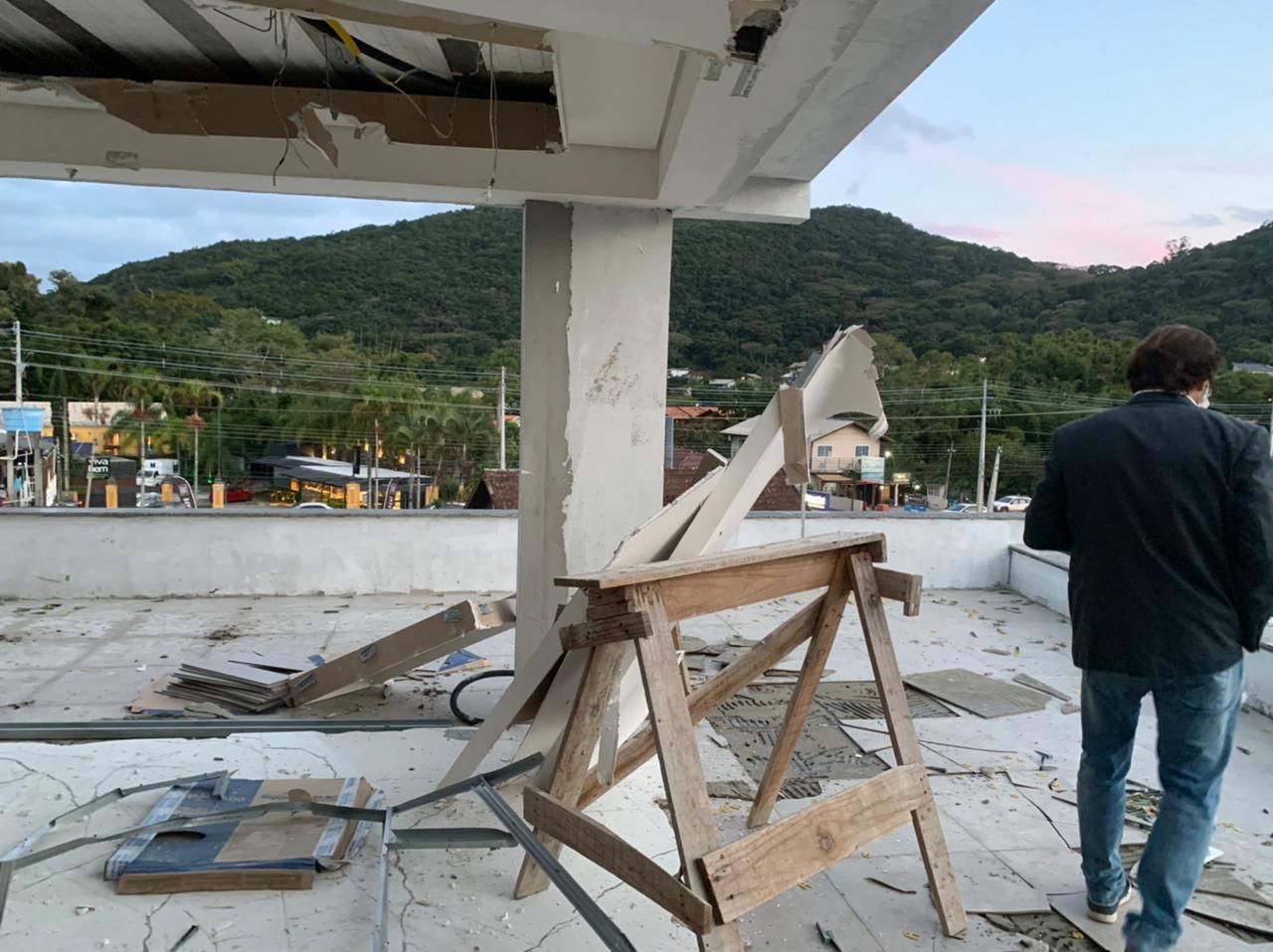 Obra Irregular: Prefeitura de Florianópolis realiza demolição de cobertura irregular em prédio no Rio Tavares