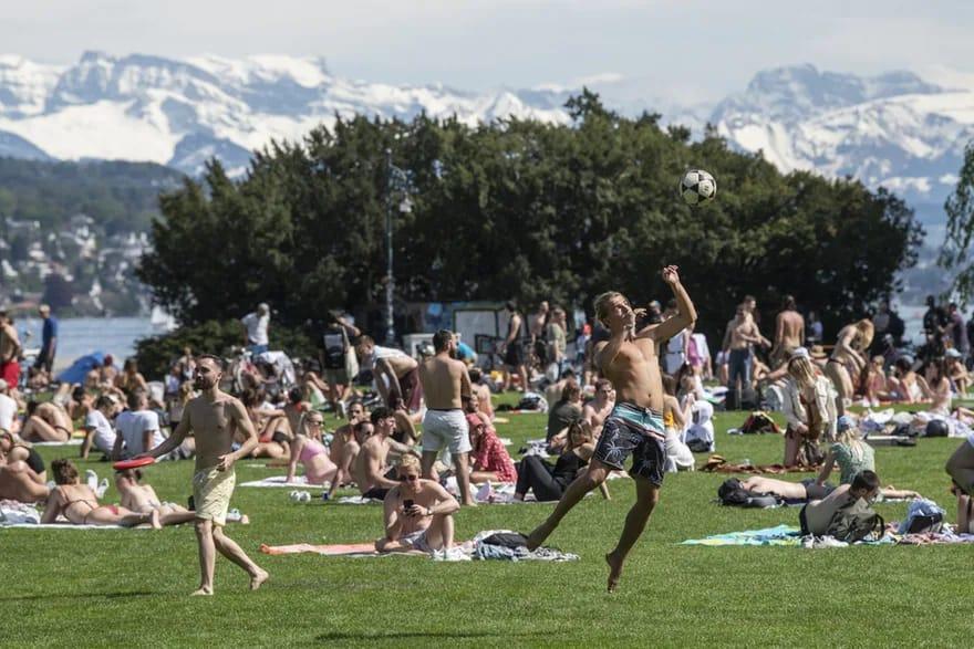 Coronavírus na Suíça: Tendo em vista a chegada do verão a exigência de máscara para certas áreas, tais como praias e piscinas públicas, pode ser derrogada