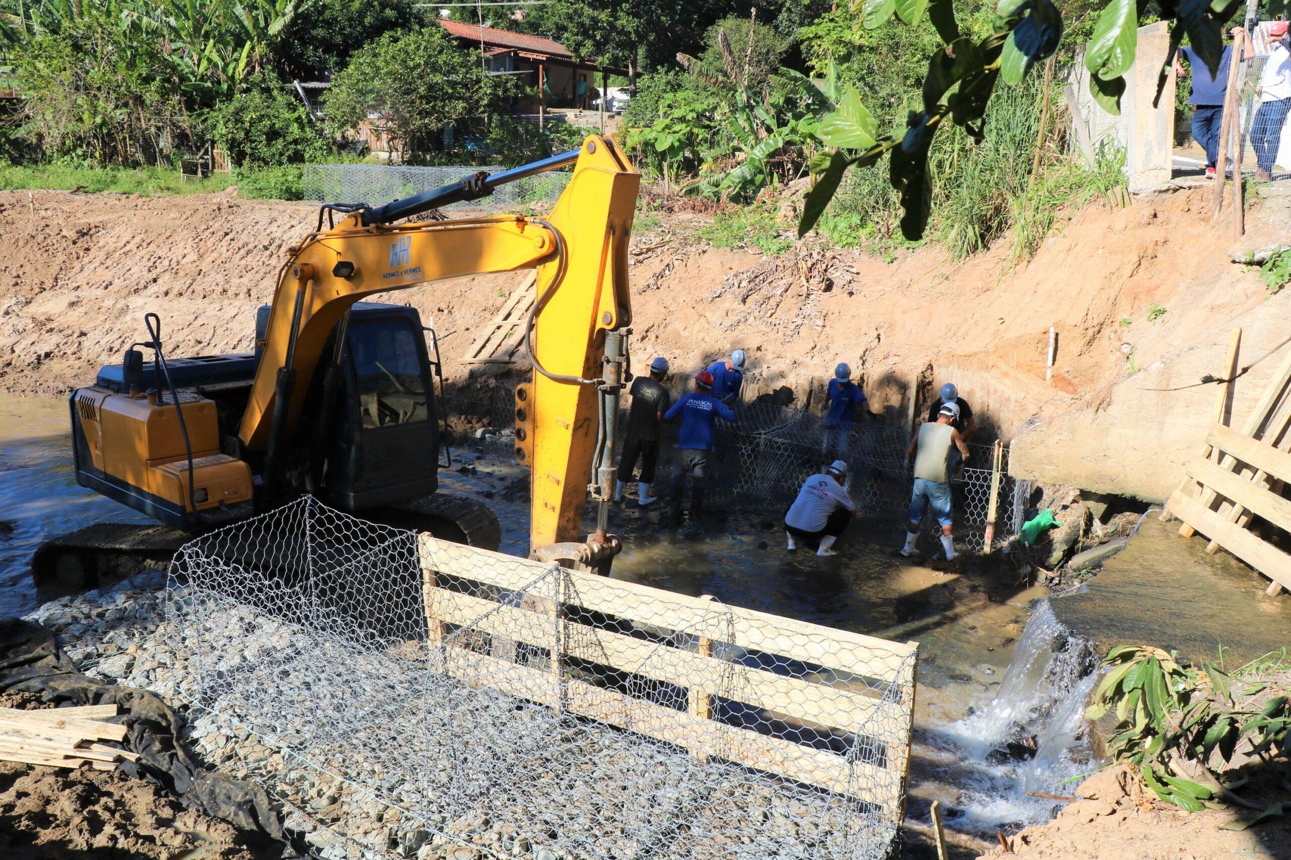 Obras no Rio das Ostras: Começa execução da estrutura de contenção na margem do Rio das Ostras