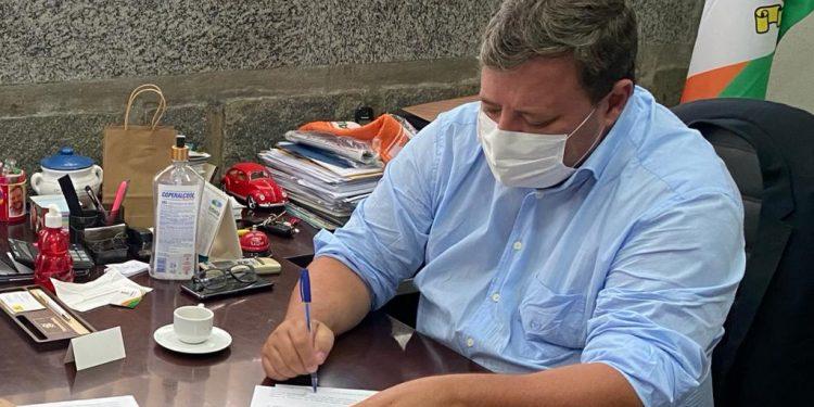 Prefeitura de Camboriú sanciona lei de imunização contra a Covid-19 para profissionais da Educação
