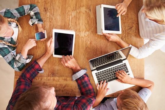 """Incentivar o """"Brincar"""": Pesquisadores alertam para riscos de crianças expostas a telas"""