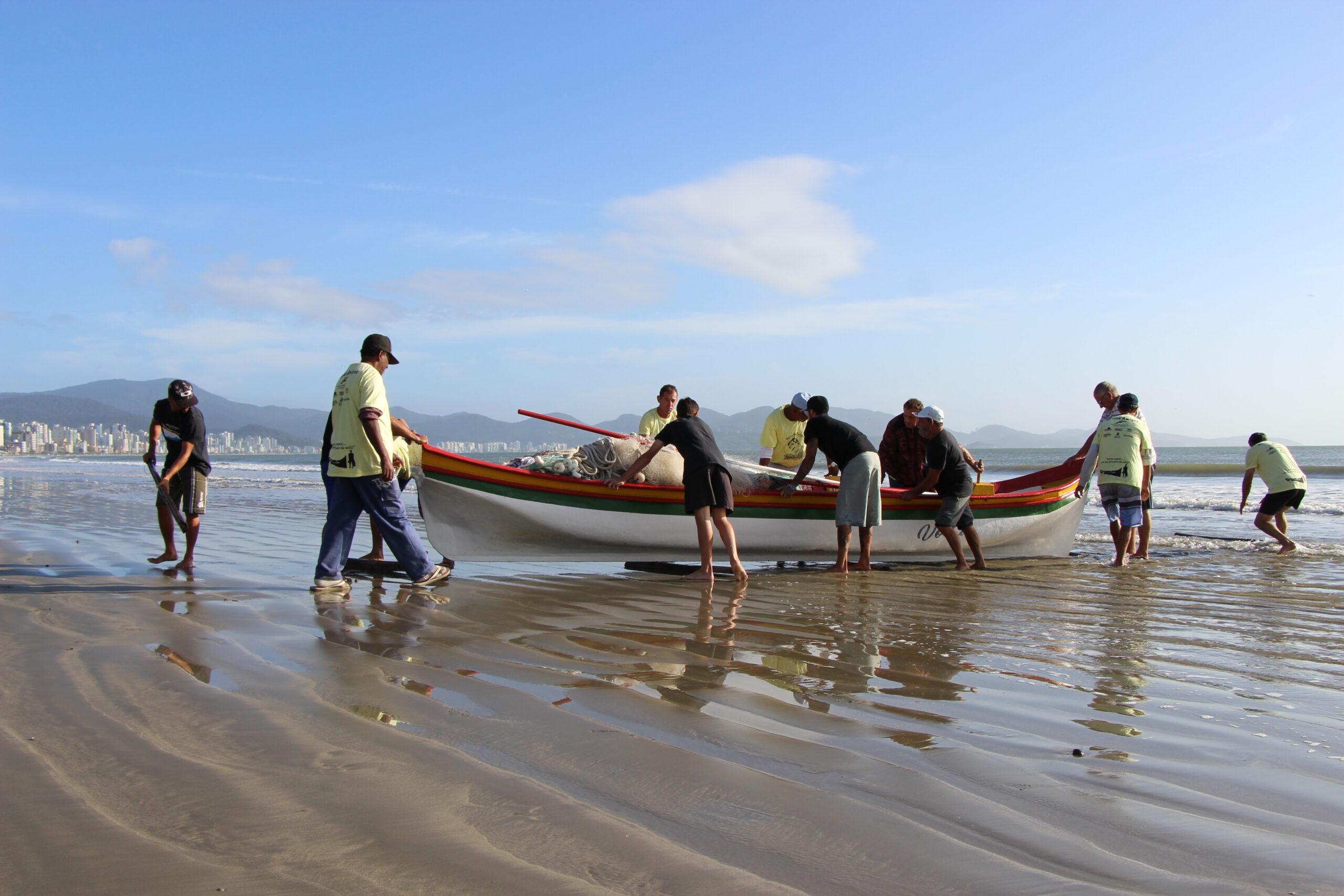 """""""Arrastões"""": Porto Belo alerta para cuidados no mar durante pesca da tainha"""