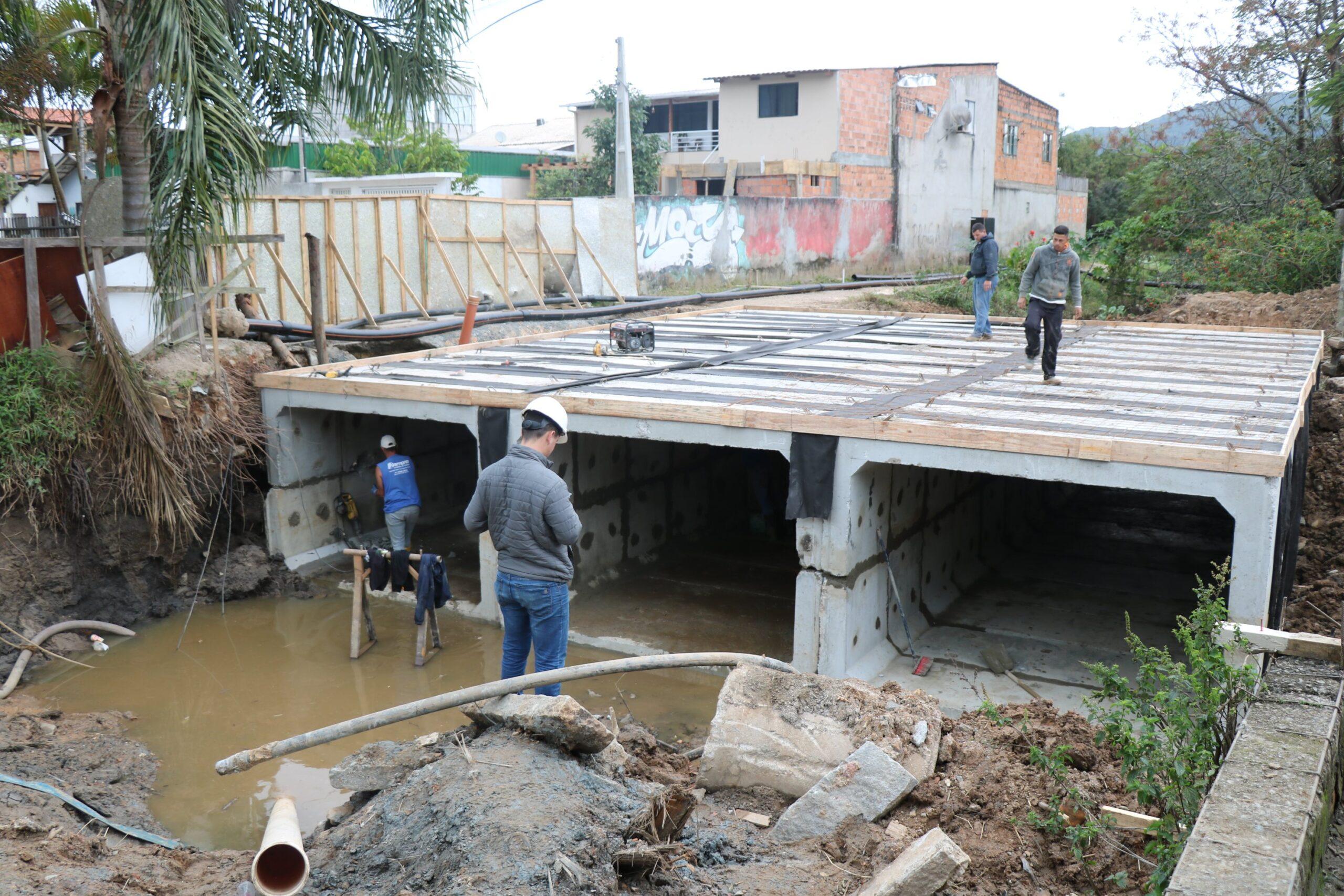 Obra de Limpeza: Começa instalação de galerias celulares em uma das pontes do Rio das Ostras