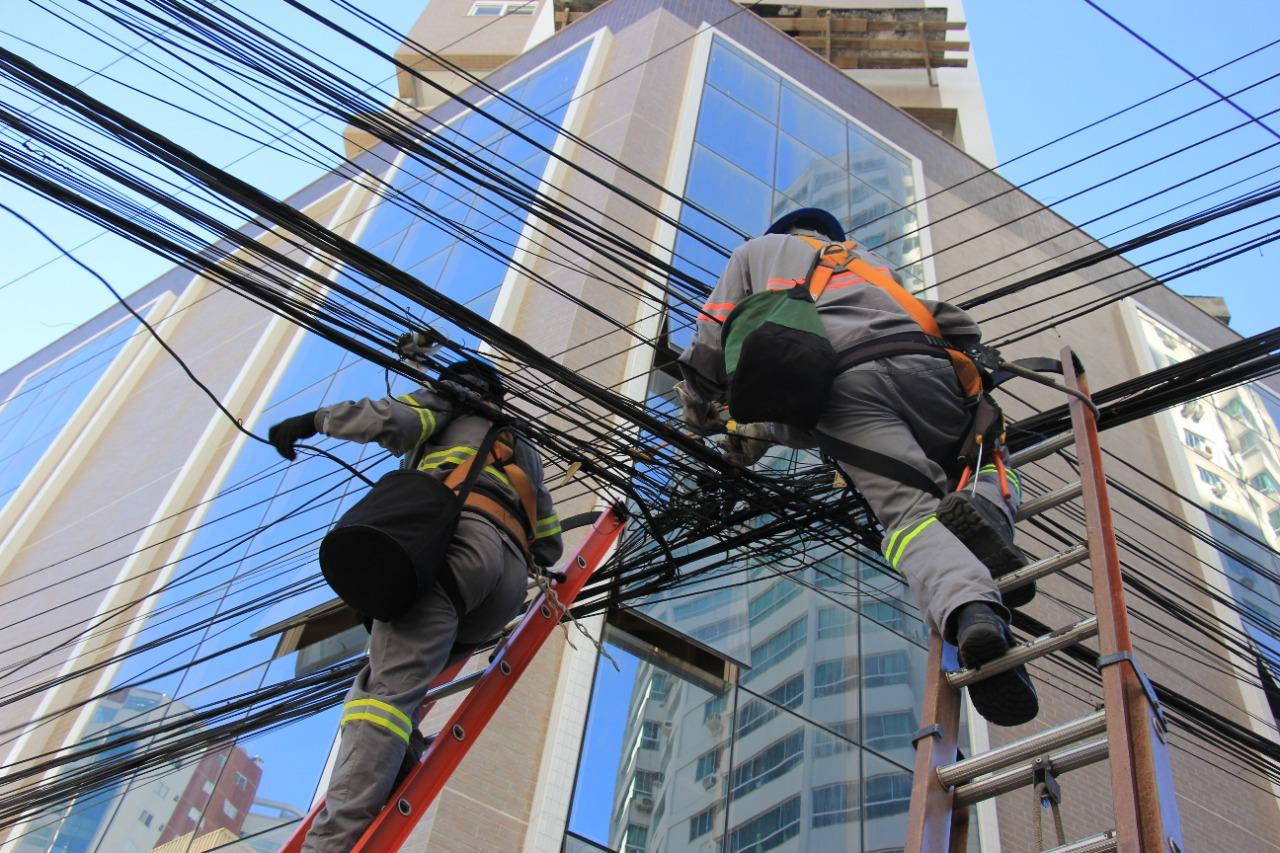 Iluminação Pública: Força-tarefa para retirada de fios obsoletos de postes começa na Rua Miguel Matte