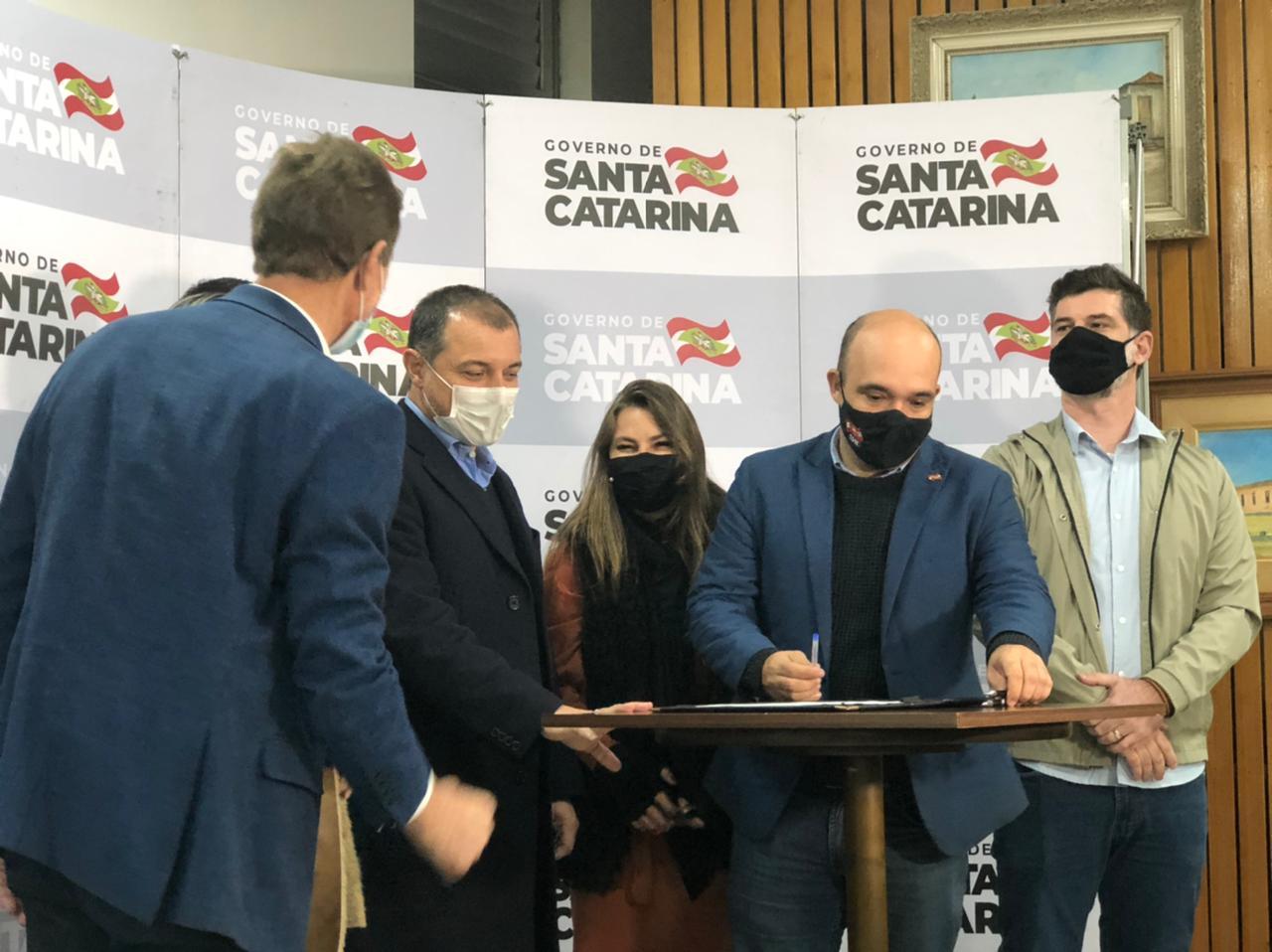 """""""Tem Saída"""":  Projeto da deputada Paulinha, é sancionado pelo Governador Carlos Moisés e vira lei estadual"""