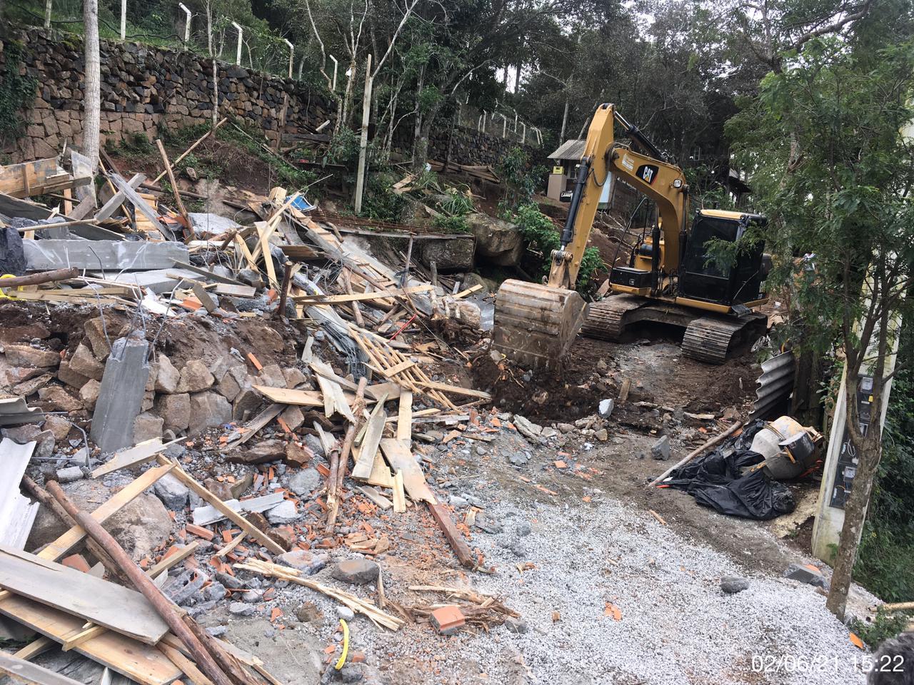 Prefeitura de Florianópolis realiza demolição de duas Obras Irregulares: Operações ocorreram nos Ingleses e no Morro das Pedras