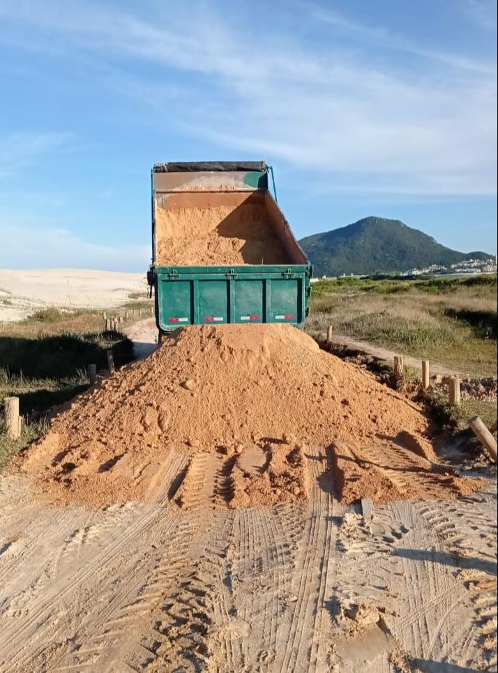 Floripa em Obras: manutenção em estrada de acesso aos ranchos de pescadores no Parque Natural no Santinho