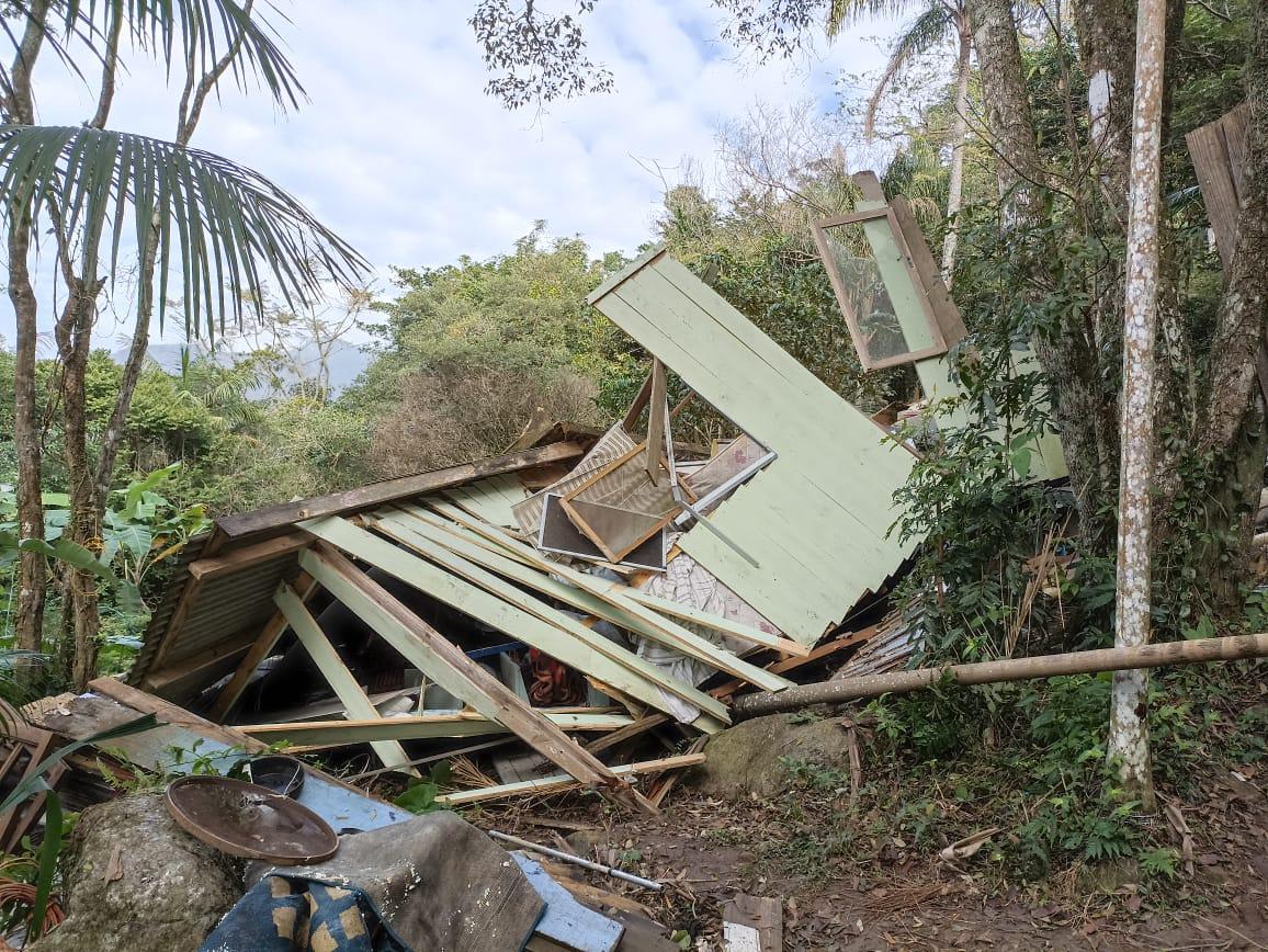 """""""Construções Irregulares"""": Contida invasão no Monumento Natural Lagoa do Peri"""