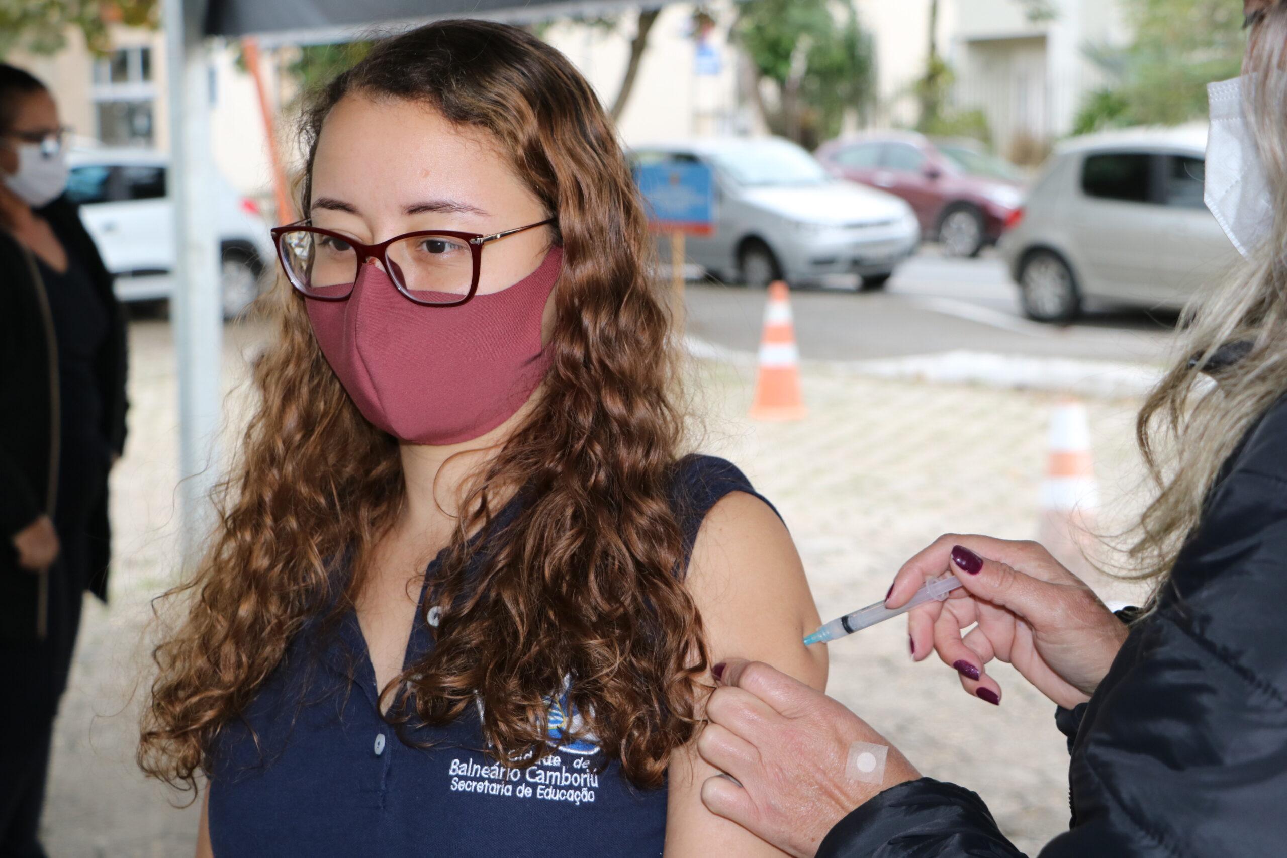 Balneário Camboriú: Vacinação contra Covid-19 amplia para pessoas com 42+ nesta terça-feira