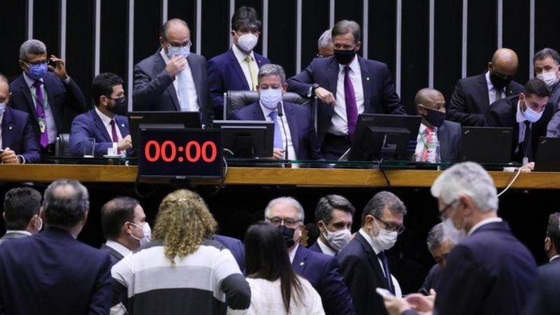 Com governo 'fraco', liberais defendem que Guedes abandone reformas: 'vai piorar o que está ruim'