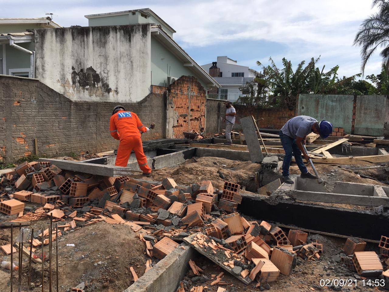 """""""Embargos em construções irregulares"""": Prefeitura de Florianópolis faz demolições e embargos em construções irregulares"""