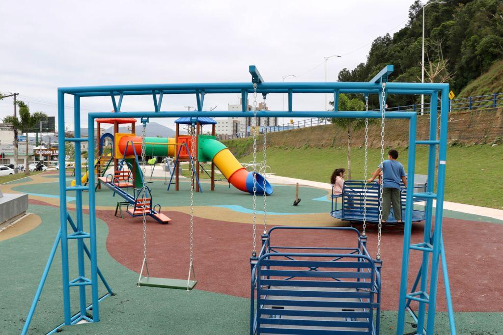 """""""Inclusão Social"""": Prefeitura de Balneário Camboriú instala dois parques adaptados na cidade"""