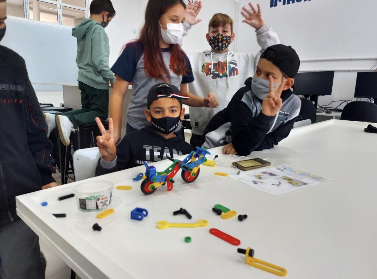 """""""Educação do Futuro"""": Na Escola do Futuro da Tapera estudantes são construtores na cultura maker"""