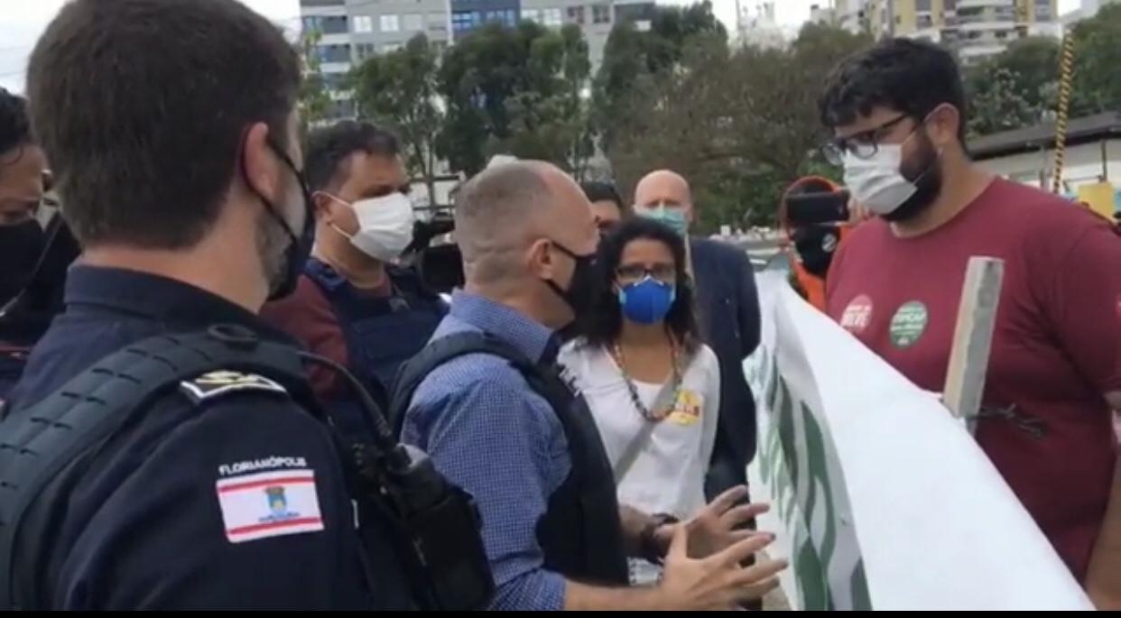 <em>Agentes da Guarda Municipal de Florianópolis são agredidos por manifestantes do SINTRASEM</em>