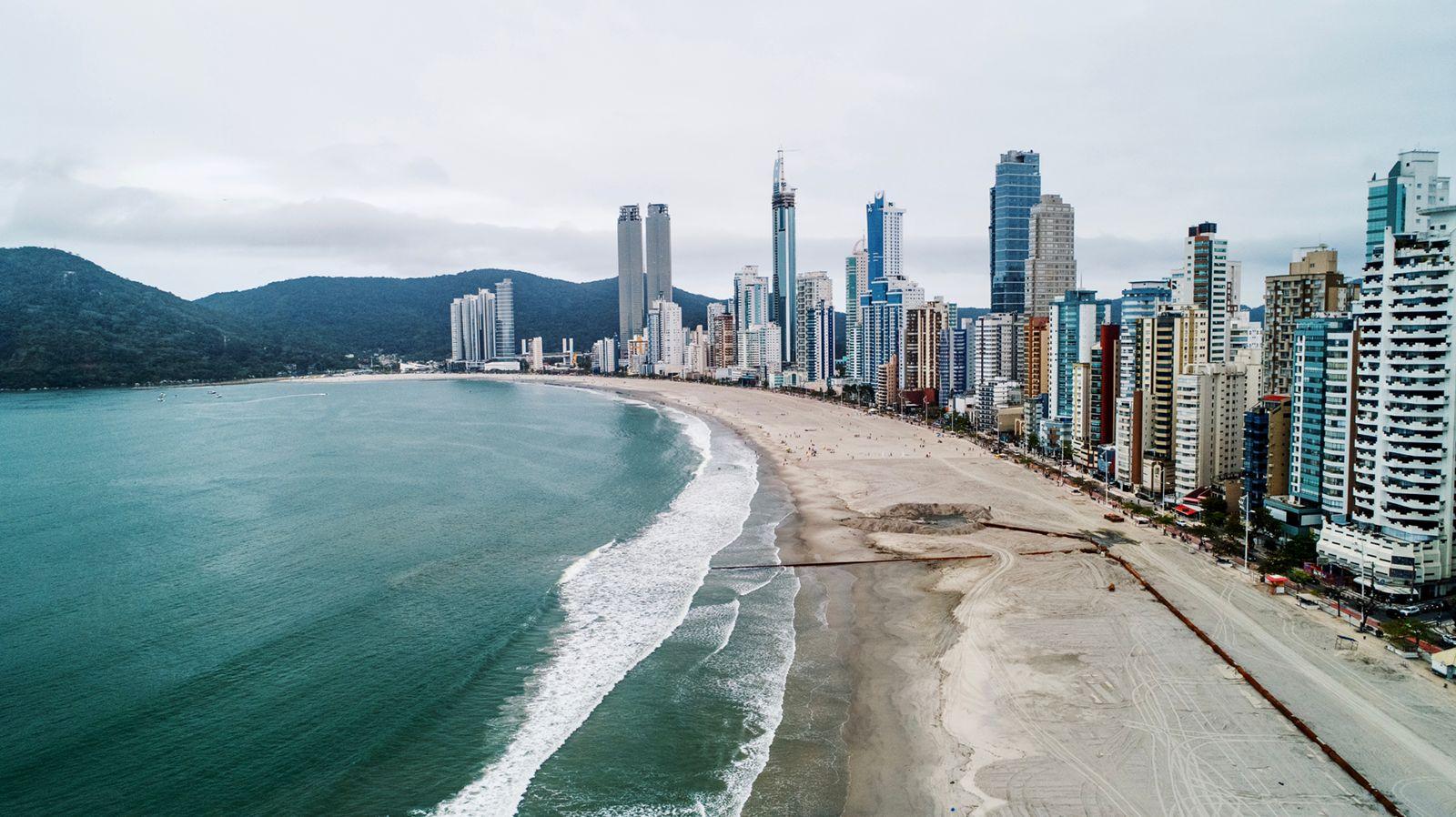"""""""Avanço da Faixa de Areia"""": Mais de metade da orla da Praia Central já teve a faixa de areia recuperada"""