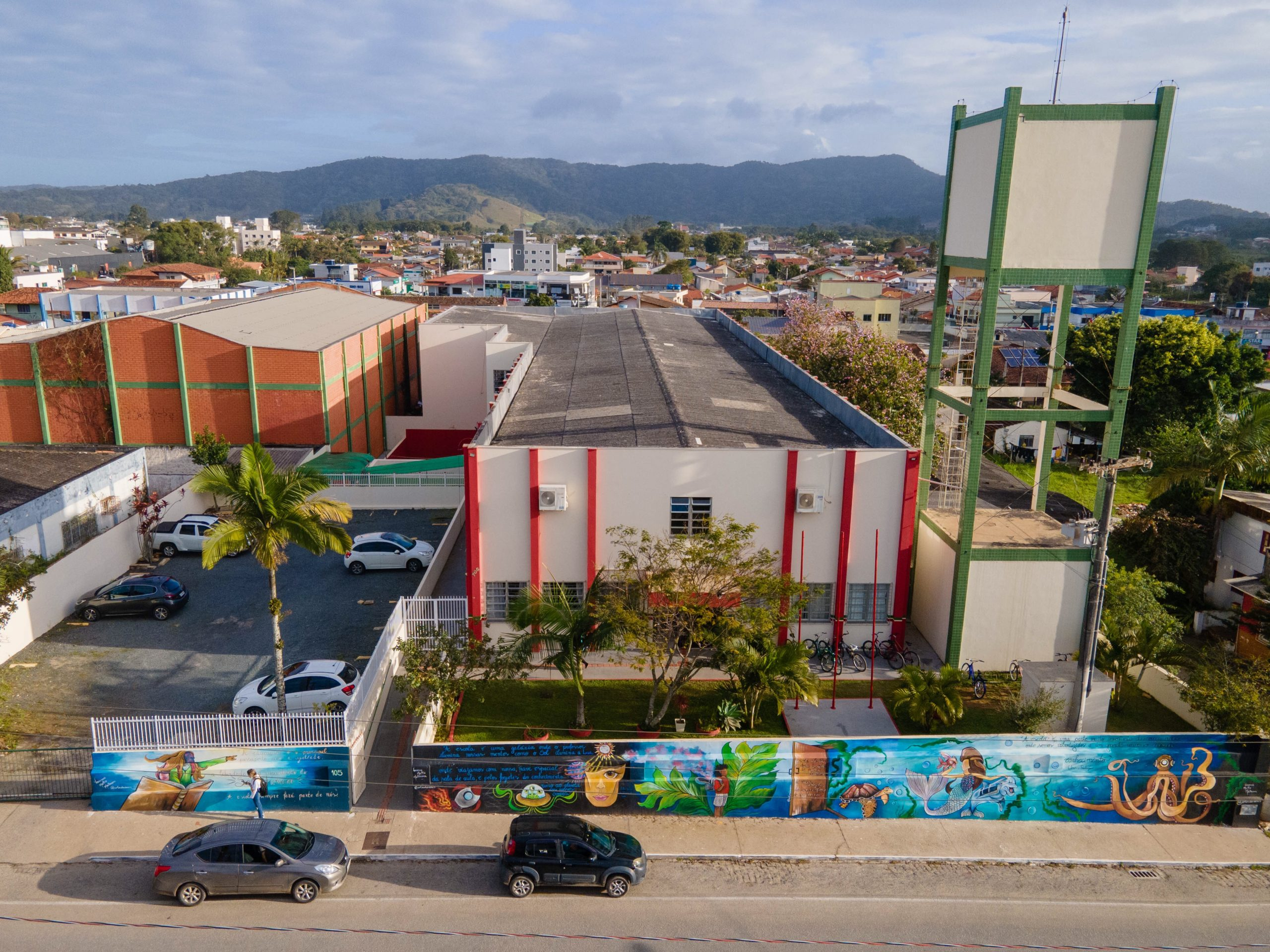Repaginada: Escola Manoel Henrique de Assis, em Penha, recebeu pintura na fachada e muro com desenhos inspirados em frases criadas pelos alunos